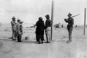USA : Border between Mexico and the USA: US border guard (r) and Mexicans behind the border fence - May 1920 - Photographer: Philipp Kester - Published by: 'Berliner Illustrirte Zeitung' 21/920 Vintage property of ullstein bild
